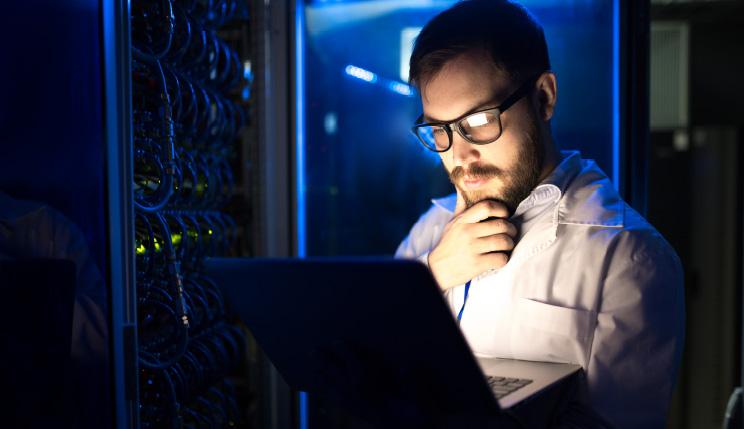 homme configurant un serveur