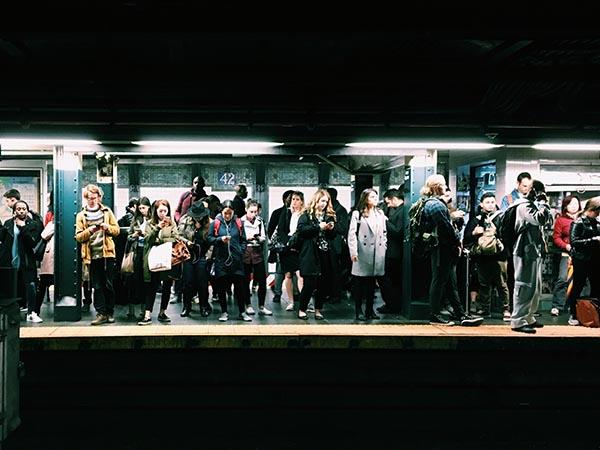 Personnes qui attendent sur un quai de métro
