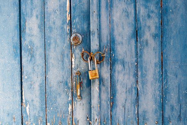 Porte fermée avec un cadenas